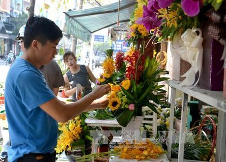 Soi dong thi truong hoa, qua tang ngay Phu nu Viet Nam - Anh 1