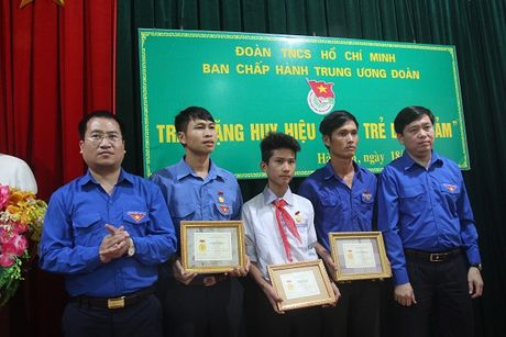 Trao huy hieu Tuoi tre dung cam cho 3 thanh nien cuu nguoi trong nuoc lu - Anh 1