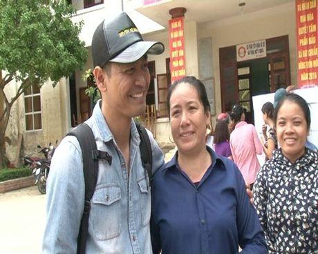 MC Phan Anh, Ha Ho miet mai phat qua cho ba con mien Trung - Anh 1