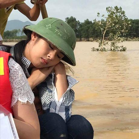 MC Phan Anh, Ha Ho miet mai phat qua cho ba con mien Trung - Anh 3