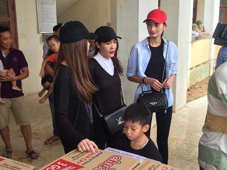 MC Phan Anh, Ha Ho miet mai phat qua cho ba con mien Trung - Anh 6