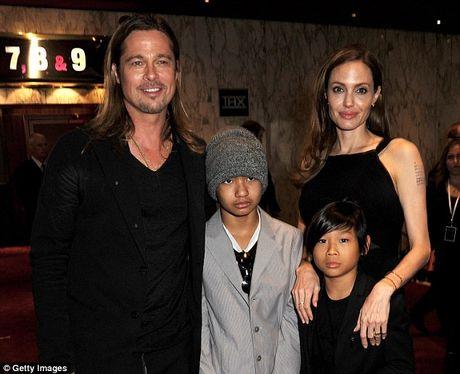 Angelina Jolie lan dau lo dien sau khi doi ly di Brad Pitt - Anh 4
