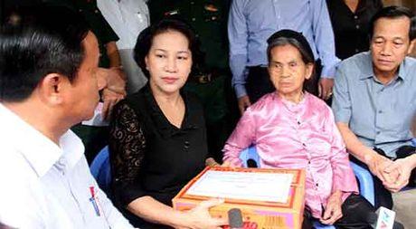 Chu tich Quoc hoi Nguyen Thi Kim Ngan vao tham vung lu Ha Tinh - Anh 1