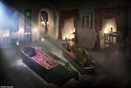 Ben trong lau dai cua ke khat mau Dracula - Anh 1