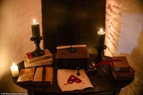 Ben trong lau dai cua ke khat mau Dracula - Anh 4