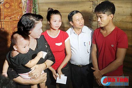 Chu tich Quoc hoi tham hoi, trao qua cuu tro nguoi dan vung lu Ha Tinh - Anh 2