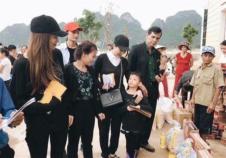 Ho Ngoc Ha phat qua toi tan toi muon cho ba con vung lu - Anh 1