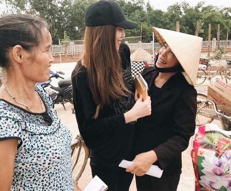 Ho Ngoc Ha phat qua toi tan toi muon cho ba con vung lu - Anh 4