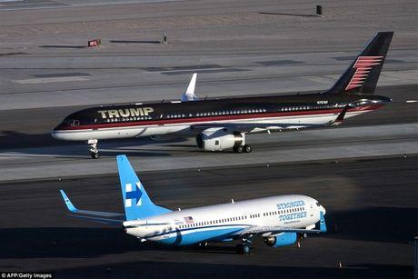 Chuyen co cua ong Trump va ba Clinton 'cham mat' nhau tai san bay Las Vegas - Anh 1