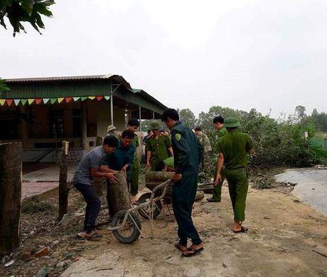 Luc luong Cong an Ha Tinh sat canh cung dong bao vung lu - Anh 7