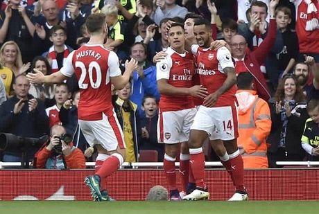 Goc Arsenal: Khi Walcott huong loi tu Alexis Sanchez - Anh 2