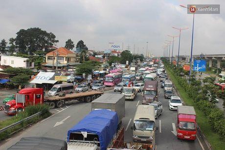 Va cham lien hoan tren quoc lo 1, hang ngan phuong tien un u noi dai - Anh 1