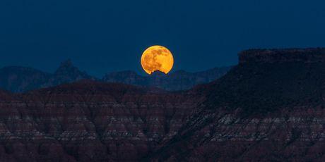 Chiem nguong 'Hunter's moon' roi sang bau troi the gioi - Anh 5