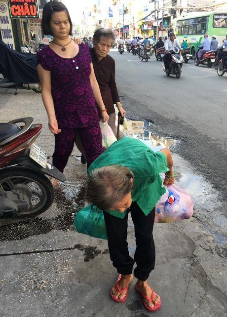 Nguoi dan ba la ky tren duong pho Sai Gon - Anh 2