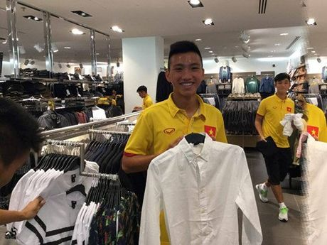 HLV Hoang Anh Tuan cho U19 VN shopping truoc tran gap Iraq - Anh 1