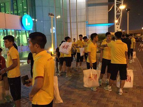 HLV Hoang Anh Tuan cho U19 VN shopping truoc tran gap Iraq - Anh 3