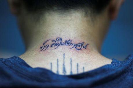 Nguoi dan Thai dong loat di xam minh de tuong nho duc vua Bhumibol Adulyadej - Anh 7