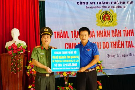 Công an Hà Nội tặng hơn 700 triệu đồng đến đồng bào bị thiên tai tỉnh Quảng Trị