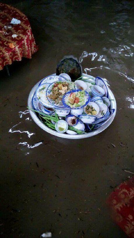 Nhung Hinh Anh Do Khoc Do Cuoi Trong Dam Cuoi Mua Mua Lu - Anh 8
