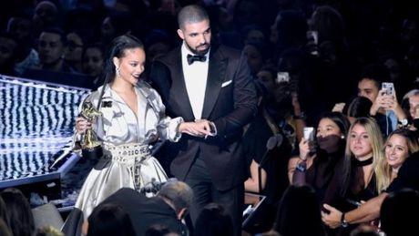 Rihanna va Jennifer Lopez tro mat vi mot nguoi dan ong? - Anh 5