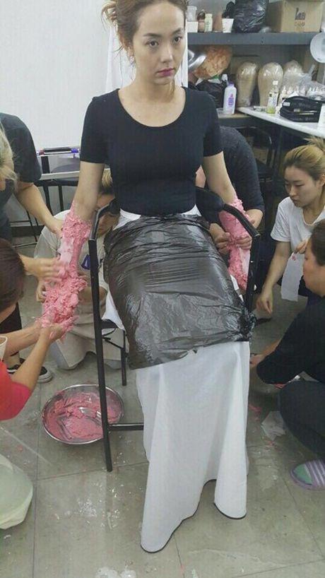 Tiet lo qua trinh Minh Hang khoac lop hoa trang silicon nang 15kg trong 'Sac dep ngan can' - Anh 2