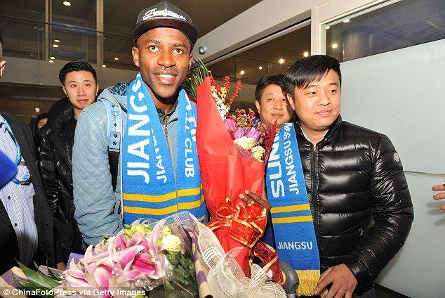 Làn sóng ngôi sao tới Trung Quốc: Đời cầu thủ ngắn lắm