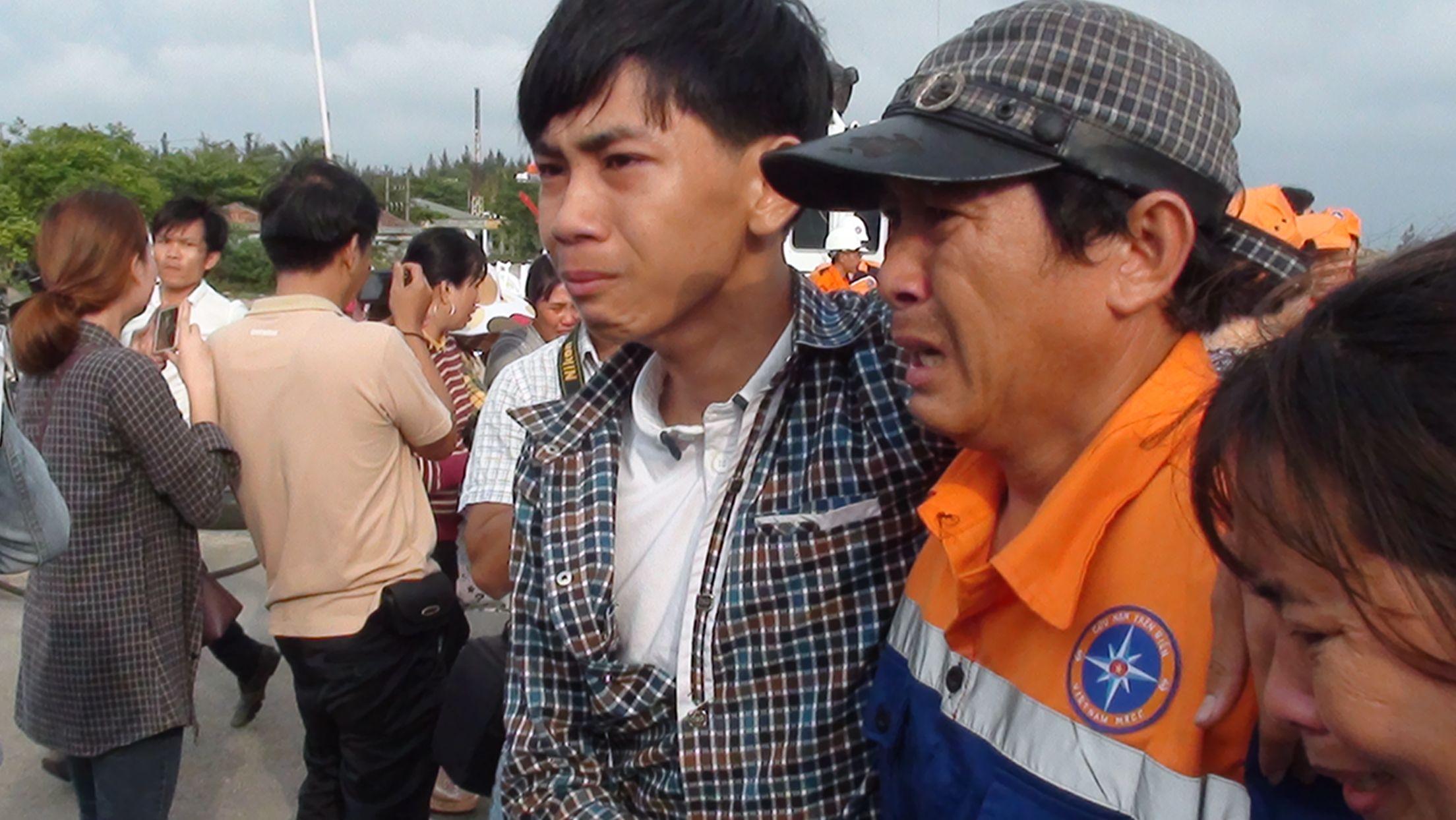 34 ngư dân tàu câu mực bị đâm chìm ở Hoàng Sa: Đoàn tụ đầy nước mắt