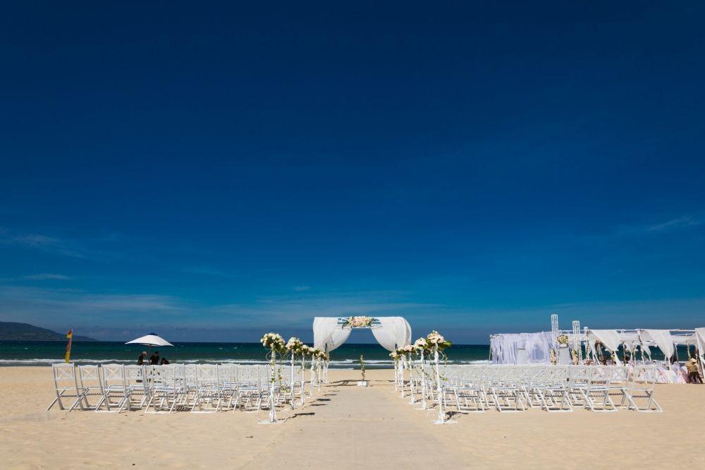 Không gian cưới đẹp như cổ tích của siêu mẫu Hà Anh và chồng Tây